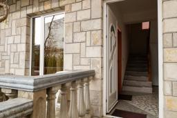 Вход. Черногория, Будва : Трехэтажный дом с приватным двориком, 4 спальни, 3 ванные комнаты, парковка, Wi-Fi