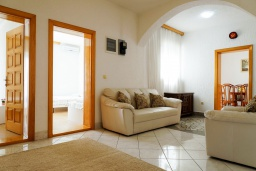 Гостиная. Черногория, Будва : Трехэтажный дом с приватным двориком, 4 спальни, 3 ванные комнаты, парковка, Wi-Fi