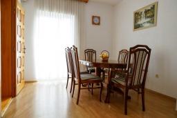 Обеденная зона. Черногория, Будва : Трехэтажный дом с приватным двориком, 4 спальни, 3 ванные комнаты, парковка, Wi-Fi