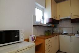 Кухня. Черногория, Будва : Трехэтажный дом с приватным двориком, 4 спальни, 3 ванные комнаты, парковка, Wi-Fi
