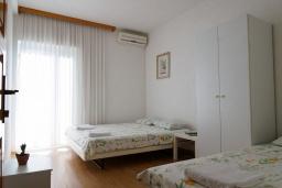 Спальня. Черногория, Будва : Трехэтажный дом с приватным двориком, 4 спальни, 3 ванные комнаты, парковка, Wi-Fi