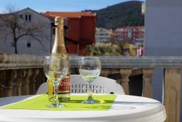 Балкон. Черногория, Будва : Трехэтажный дом с приватным двориком, 4 спальни, 3 ванные комнаты, парковка, Wi-Fi