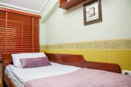 Спальня 2. Черногория, Святой Стефан : Апартамент с гостиной, тремя спальнями и балконом с шикарным видом на море