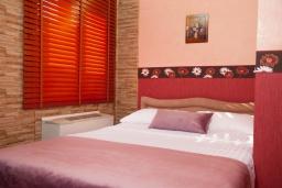 Спальня 3. Черногория, Святой Стефан : Апартамент с гостиной, тремя спальнями и балконом с шикарным видом на море