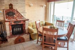 Гостиная. Черногория, Святой Стефан : Апартамент с гостиной, тремя спальнями и балконом с шикарным видом на море
