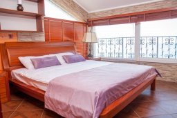 Спальня. Черногория, Святой Стефан : Апартамент с гостиной, тремя спальнями и балконом с шикарным видом на море