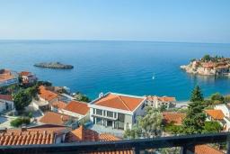 Вид на море. Черногория, Святой Стефан : Апартамент с гостиной, тремя спальнями и балконом с шикарным видом на море
