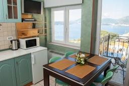 Кухня. Черногория, Святой Стефан : Апартамент с гостиной, двумя спальнями и балконом с шикарным видом на море