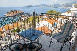 Балкон. Черногория, Святой Стефан : Апартамент с гостиной, двумя спальнями и балконом с шикарным видом на море