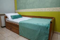 Спальня 2. Черногория, Святой Стефан : Апартамент с гостиной, двумя спальнями и балконом с шикарным видом на море