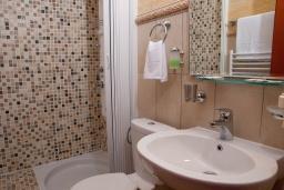 Ванная комната. Черногория, Святой Стефан : Апартамент с гостиной, двумя спальнями и балконом с шикарным видом на море