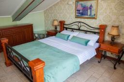 Спальня. Черногория, Святой Стефан : Апартамент с гостиной, двумя спальнями и балконом с шикарным видом на море