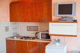 Кухня. Черногория, Святой Стефан : Апартамент с гостиной, отдельной спальней и балконом с шикарным видом на море