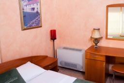 Спальня. Черногория, Святой Стефан : Апартамент с гостиной, отдельной спальней и балконом с шикарным видом на море