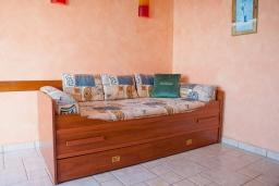 Гостиная. Черногория, Святой Стефан : Апартамент с гостиной, отдельной спальней и балконом с шикарным видом на море