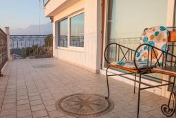 Балкон. Черногория, Святой Стефан : Апартамент с гостиной, отдельной спальней и балконом с шикарным видом на море