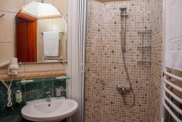 Ванная комната. Черногория, Святой Стефан : Апартамент с гостиной, отдельной спальней и балконом с шикарным видом на море