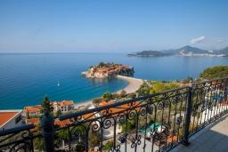 Вид на море. Черногория, Святой Стефан : Апартамент с гостиной, отдельной спальней и балконом с шикарным видом на море