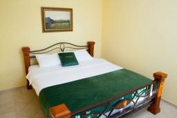 Спальня. Черногория, Святой Стефан : Апартамент с гостиной, тремя спальнями и большим балконом с шикарным видом на море