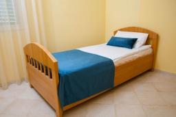 Спальня 3. Черногория, Святой Стефан : Апартамент с гостиной, тремя спальнями и большим балконом с шикарным видом на море