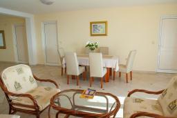 Гостиная. Черногория, Святой Стефан : Апартамент с гостиной, тремя спальнями и большим балконом с шикарным видом на море