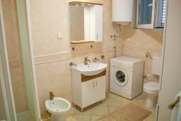 Ванная комната. Черногория, Святой Стефан : Апартамент с гостиной, тремя спальнями и большим балконом с шикарным видом на море