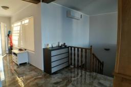 Коридор. Черногория, Утеха : Прекрасная вилла с бассейном в 30 метрах от пляжа, 3 спальни, 2 ванные комнаты, парковка, Wi-Fi