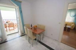 Обеденная зона. Черногория, Святой Стефан : Апартамент на первой линии, с гостиной, тремя спальнями, двумя ванными комнатами и большим балконом с шикарным видом на море