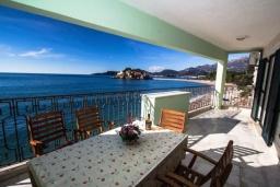Балкон. Черногория, Святой Стефан : Апартамент на первой линии, с гостиной, тремя спальнями, двумя ванными комнатами и большим балконом с шикарным видом на море