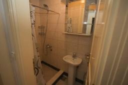 Ванная комната. Черногория, Святой Стефан : Апартамент на первой линии, с гостиной, тремя спальнями, двумя ванными комнатами и большим балконом с шикарным видом на море
