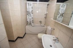 Ванная комната 2. Черногория, Святой Стефан : Апартамент на первой линии, с гостиной, тремя спальнями, двумя ванными комнатами и большим балконом с шикарным видом на море