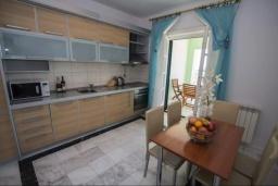Кухня. Черногория, Святой Стефан : Апартамент на первой линии, с гостиной, тремя спальнями, двумя ванными комнатами и большим балконом с шикарным видом на море