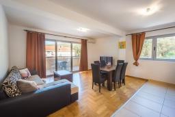 Гостиная. Черногория, Пржно / Милочер : Апартамент с гостиной, двумя спальнями и балконом