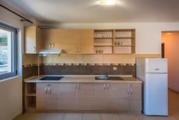 Кухня. Черногория, Пржно / Милочер : Апартамент с гостиной, двумя спальнями и балконом