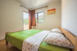 Спальня. Черногория, Пржно / Милочер : Апартамент с гостиной, двумя спальнями и балконом