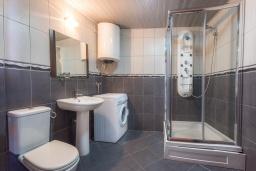 Ванная комната. Черногория, Пржно / Милочер : Апартамент с гостиной, двумя спальнями и балконом