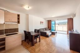 Гостиная. Черногория, Пржно / Милочер : Апартамент с гостиной, отдельной спальней и балконом