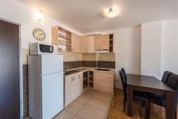 Кухня. Черногория, Пржно / Милочер : Апартамент с гостиной, отдельной спальней и балконом