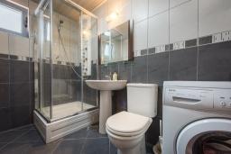 Ванная комната. Черногория, Пржно / Милочер : Апартамент с гостиной, отдельной спальней и балконом