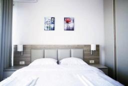 Спальня. Черногория, Будва : Современный апартамент в комплексе с бассейном, с гостиной, отдельной спальней и балконом с шикарным видом на море