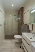 Ванная комната. Черногория, Будва : Современный апартамент в комплексе с бассейном, с гостиной, отдельной спальней и балконом с шикарным видом на море