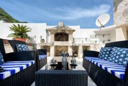 Патио. Черногория, Столив : Прекрасная вилла в 100 метрах от пляжа, с бассейном и двориком с барбекю, 4 спальни, 2 ванные комнаты, патио, парковка, Wi-Fi