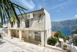 Фасад дома. Черногория, Столив : Прекрасная вилла в 100 метрах от пляжа, с бассейном и двориком с барбекю, 4 спальни, 2 ванные комнаты, патио, парковка, Wi-Fi