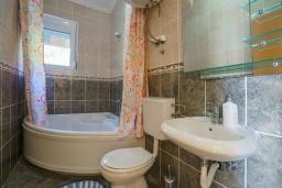 Ванная комната. Черногория, Утеха : Роскошная вилла с бассейном и видом на море, 100 метров до пляжа, 4 спальни, 4 ванные комнаты, барбекю, парковка, Wi-Fi