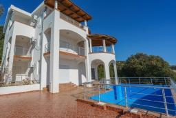 Фасад дома. Черногория, Утеха : Роскошная вилла с бассейном и видом на море, 100 метров до пляжа, 4 спальни, 4 ванные комнаты, барбекю, парковка, Wi-Fi