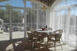 Обеденная зона. Черногория, Бигова : Уютная вилла с бассейном, 3 спальни, 2 ванные комнаты, патио, барбекю, зеленый дворик, парковка, Wi-Fi