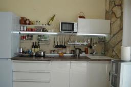 Кухня. Черногория, Бигова : Уютная вилла с бассейном, 3 спальни, 2 ванные комнаты, патио, барбекю, зеленый дворик, парковка, Wi-Fi