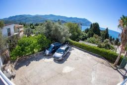 Парковка. Черногория, Бечичи : Роскошная вилла с бассейном и видом на море, 4 спальни, 4 ванные комнаты, барбекю, парковка, Wi-Fi
