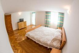 Спальня. Черногория, Бечичи : Роскошная вилла с бассейном и видом на море, 4 спальни, 4 ванные комнаты, барбекю, парковка, Wi-Fi