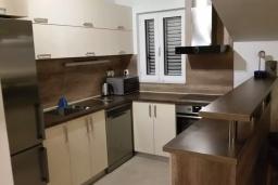 Кухня. Черногория, Герцег-Нови : Прекрасный пентхаус в 10 метрах от пляжа, с большой гостиной, тремя спальнями, двумя ванными комнатами и большим балконом с шикарным видом на море